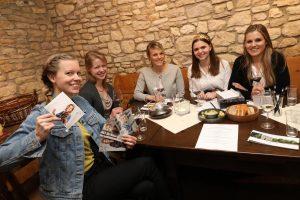 Die Deutsche Weinkönigin und der Weinadel im Weingut Schönhals zu Gast