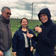 Franz-Otto Brauner, Monika Peukert und Hanneke Schönhals untersuchen die Vielfalt in der Zeile für die Natur.